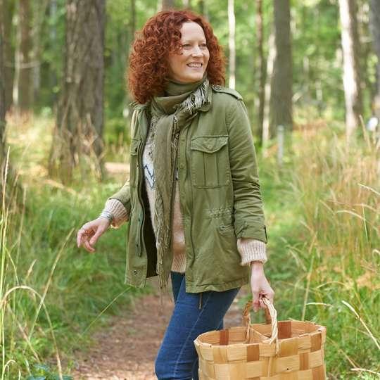 Supermodel Saimi Hoyer geht mit Besuchern in Finnland Pilze sammeln
