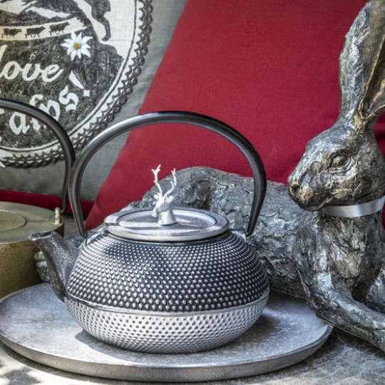 Hase und Hirsch bitten zum Tee