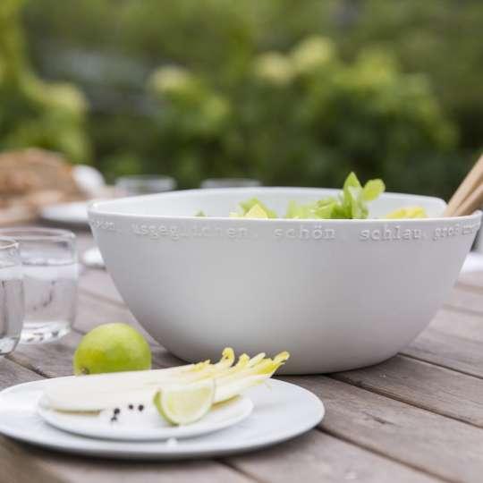 räder gefüllte Salatschüssel mit Besteck