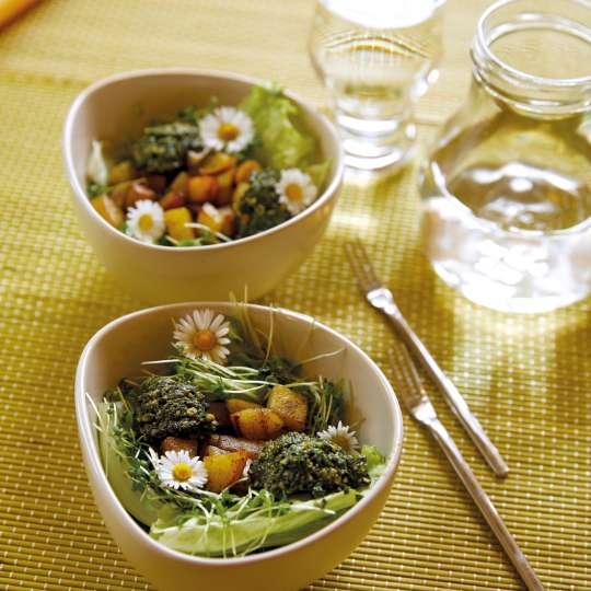 Salat mit Kartoffelwürfeln und Kräuter-Pesto